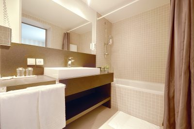 bathroom-twin-deluxe-room